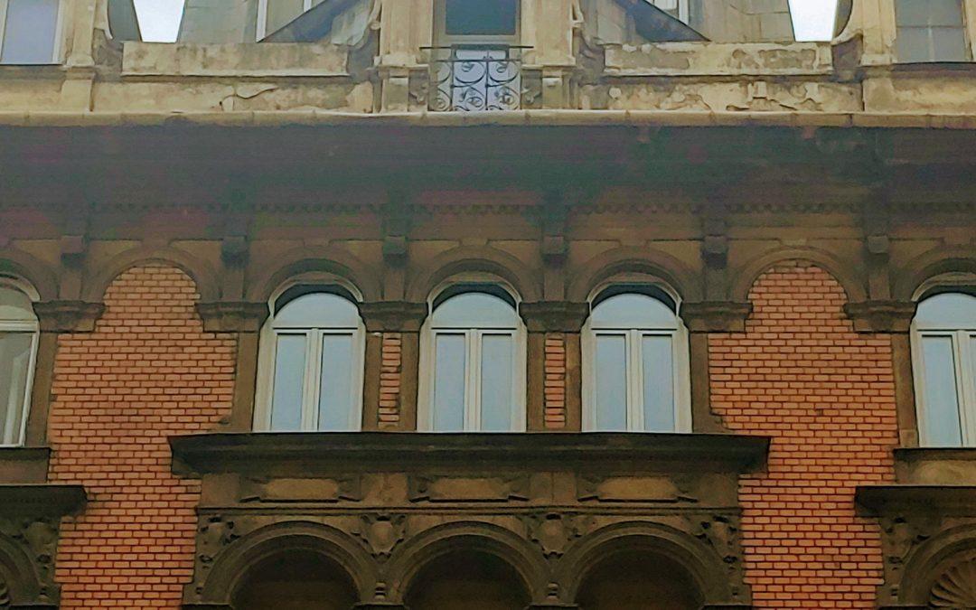 Egy szenvedélyesen optimista erkély a Kossuth Lajos utcában…