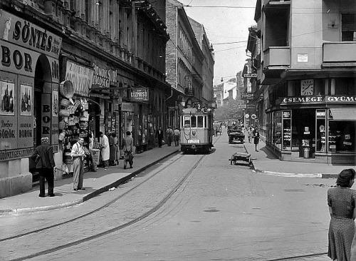 """Döcög a Király utca felé az egykocsis, """"régi 2-es villamos"""" a Csányi utcában, talán …"""