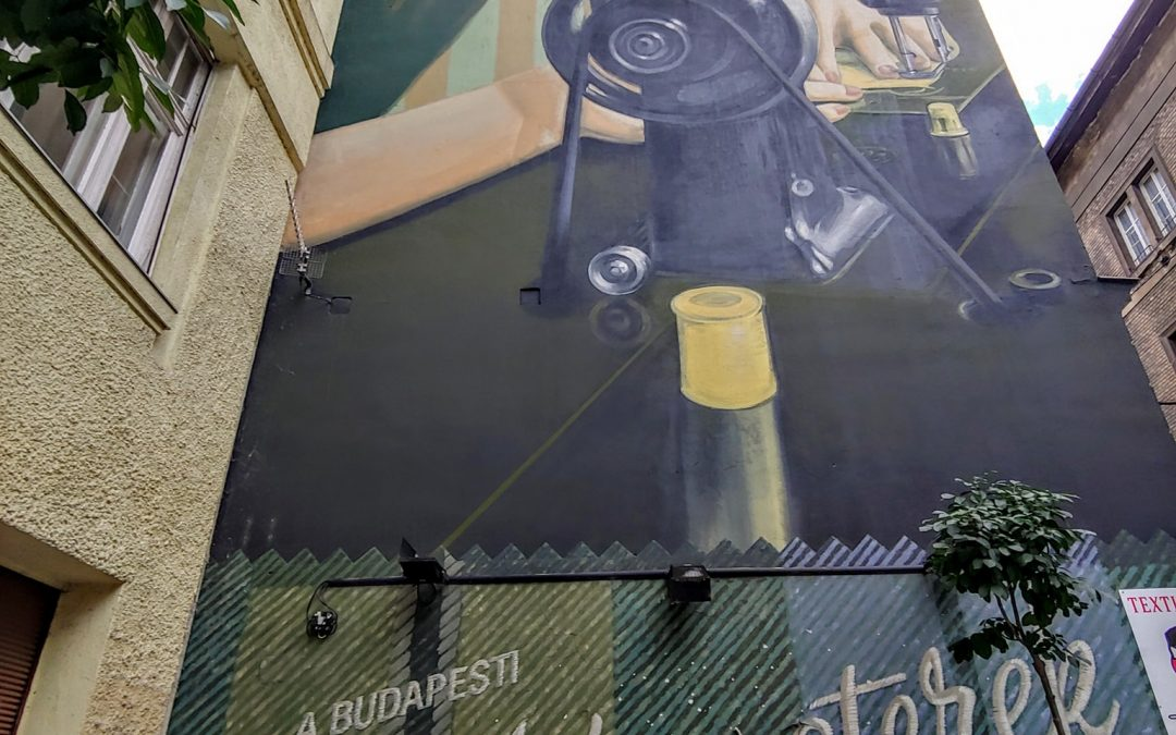 """Az egyik legjobban sikerült tűzfal-festmény Erzsébetvárosban: """"A budapesti szabómest…"""