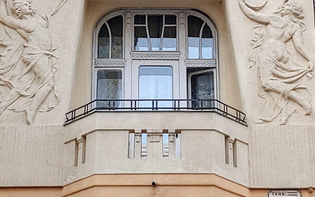"""Az erzsébetvárosi épületek mai (és talán mindenkori) üzenete, hogy """"fel a fejjel""""! 😊…"""