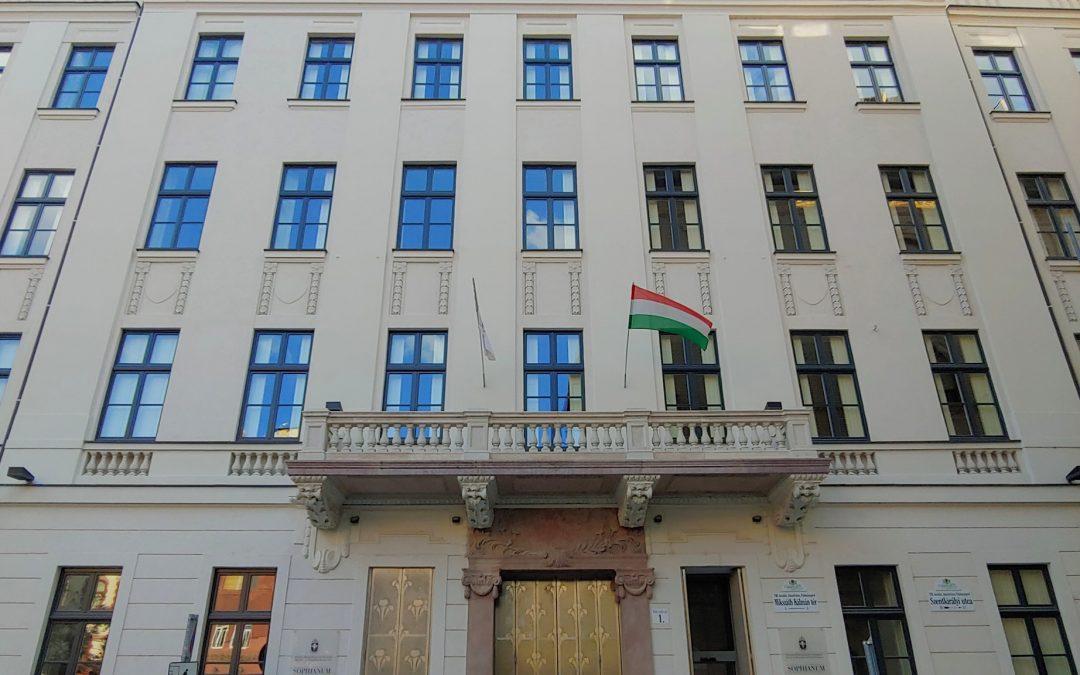Lekerült az állványzat a Mikszáth Kálmán tér 1-ről!
