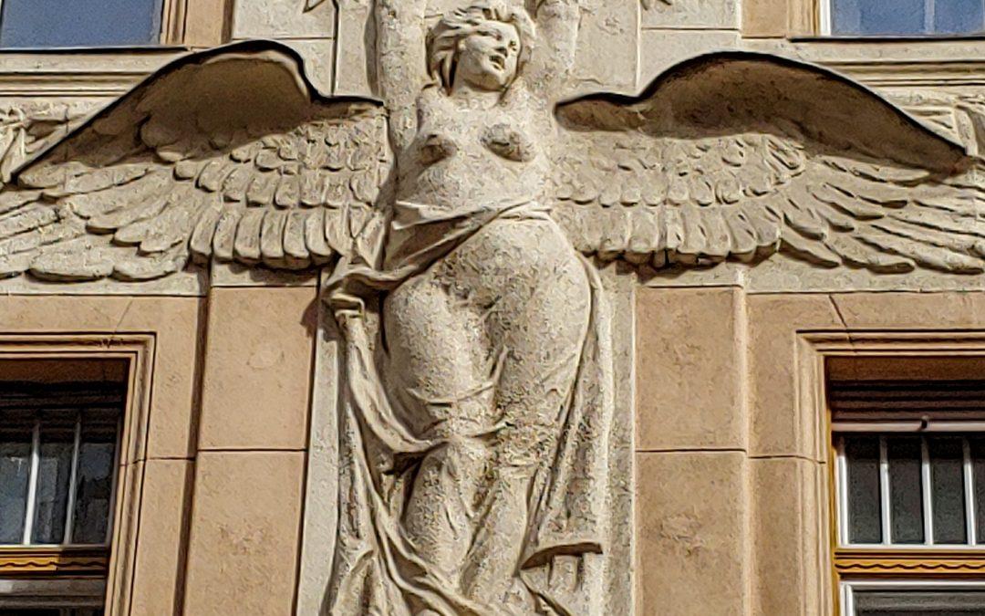 """A Wesselényi utca 18 homlokzatán a pálmát magasba emelő angyal (ma) azt üzeni: """"végr…"""