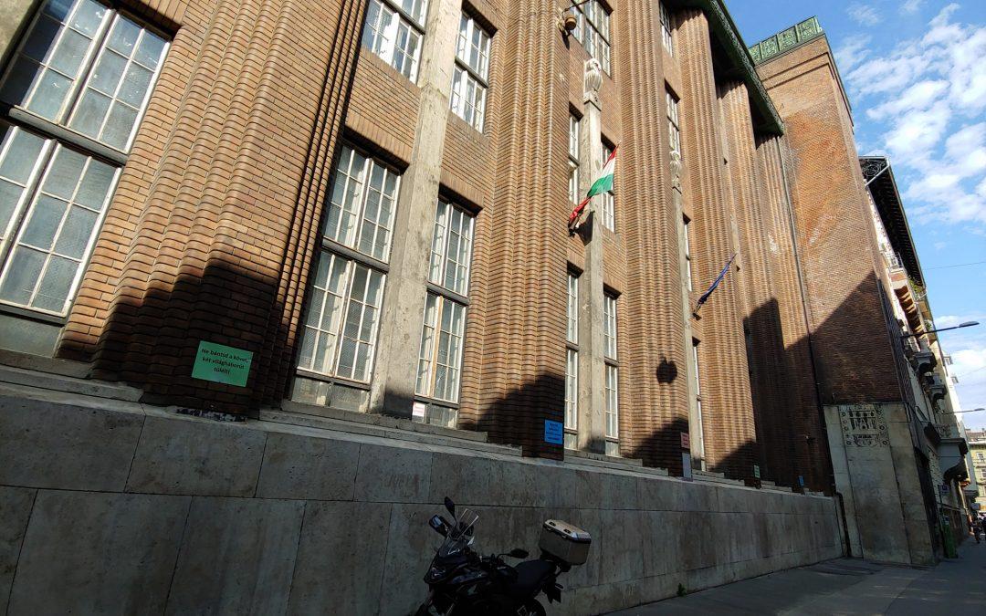 Letakarították a Vas utca 9-11 alatti iskolaépületet évek óta csúfító hatalmas graff…