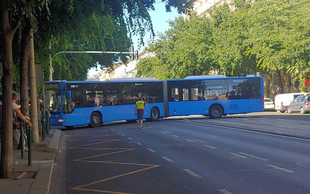 Valami történt a Nagykörúton: egy busz keresztben áll a József körúton a Csepreghy u…
