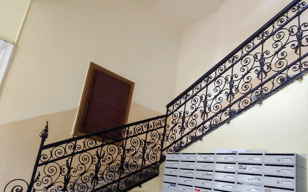 Jósika utcai hangulatos, gondosan karbantartott lépcsőház!