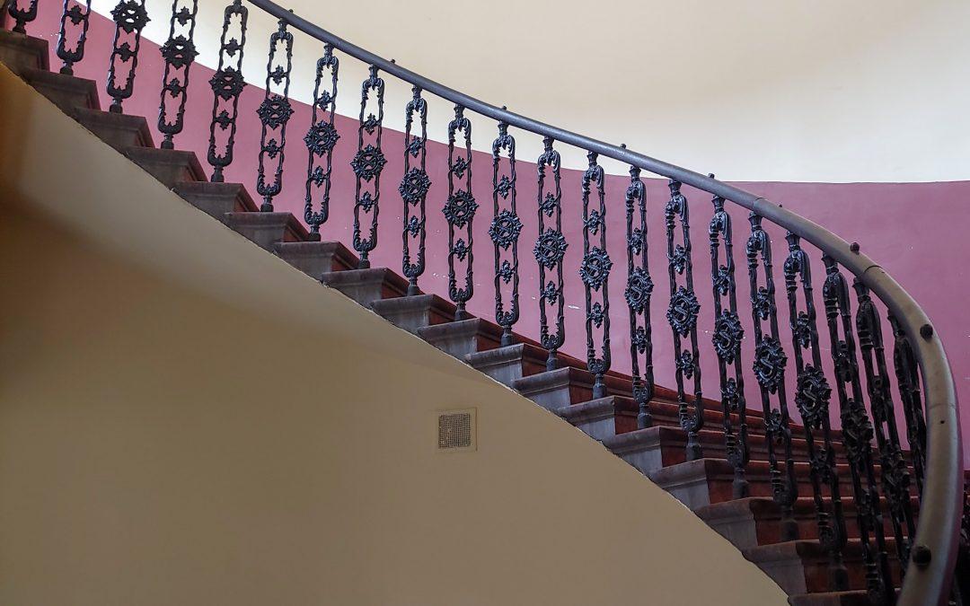 Van valami megkapó a Dob utca 6 lépcsőházának kanyargó, különleges mintázatú korlátj…