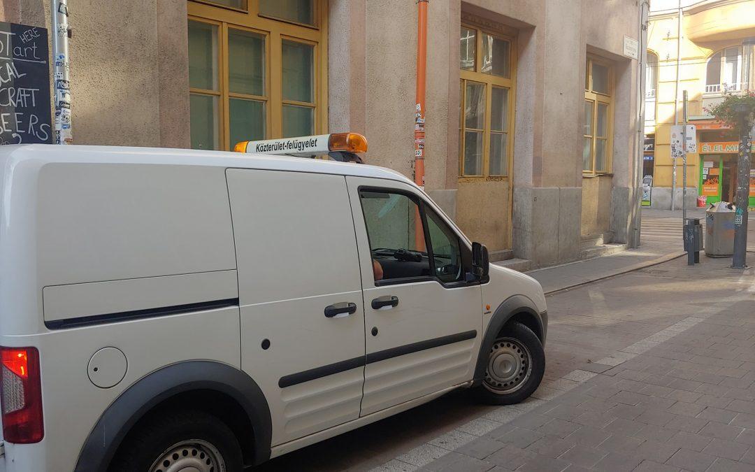 A Közterület-Felügyelet intézkedett a tilosban parkolókkal szemben, így a Kazinczy u…