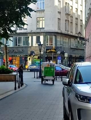 A kvázi-sétálós, forgalomcsökkentett környékeken sem lehetetlenül el a csomag- é