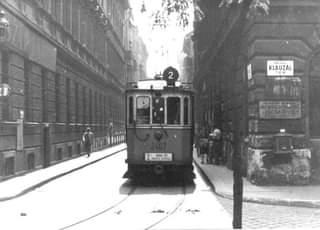 A Belső-Erzsébetvároson keresztül zötyörgő régi 2-es villamos…